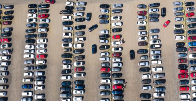 Framförallt bilindustrin drabbas väldigt hårt av chipbristen. TT