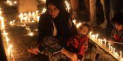 Irakiska demonstranter håller en ljusvaka för personer som dödats i samband med protesterna. AHMAD AL-RUBAYE / AFP