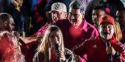 Nicolás Maduro dansar med supportrar för att fira valresultatet. JUAN BARRETO / AFP