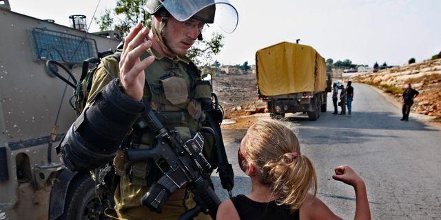 Arkivbild från 2012 när den tolvåriga Ahed Tamimi försöker slå en soldat. Majdi Mohammed / TT NYHETSBYRÅN