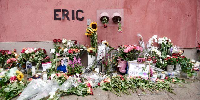 Blommor och och ljus på den plats där Eric Torell blev ihjälskjuten av polisen i augusti förra året. Arkivbild. Stina Stjernkvist/TT / TT NYHETSBYRÅN