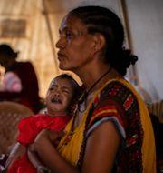 En kvinna med sin dotter i Trigray. Ben Curtis / TT NYHETSBYRÅN