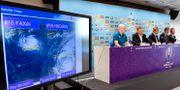 Tävlingsdirektören Alan Gilpin håller pressträff om tyfonen och de inställda matcherna.  WILLIAM WEST / AFP