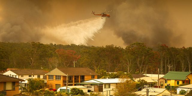 En helikopter vattenbombar en skogsbrand i Australien. STRINGER / TT NYHETSBYRÅN