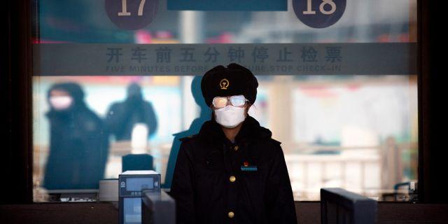 Stationsmedarbetare i Peking. Mark Schiefelbein / TT NYHETSBYRÅN