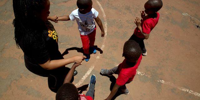 Barn i Johannesburg uppmärksammar World aids day.  Denis Farrell / TT NYHETSBYRÅN