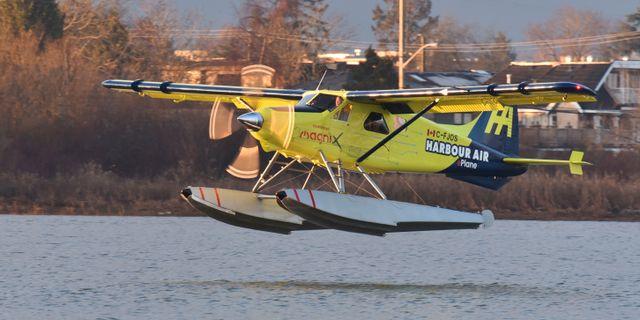 Piloten Greg McDougall flög en tur med planet runt vattnet utanför Vancouver.  DON MACKINNON / AFP