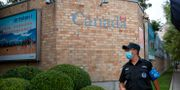 Säkerhetsvakt utanför Kanadas ambassad i Kina.  Mark Schiefelbein / TT NYHETSBYRÅN
