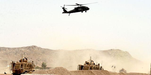 En amerikansk helikopter i luften ovanför den plats där en självmordsbombare attackerade Nato-soldater i augusti 2017. STR / TT NYHETSBYRÅN