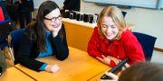Utbildningsminister Anna Ekström (S) i samtal med Matilda Renberg under sitt besök på Strömbackaskolan i Piteå. Simon Eliasson/TT / TT NYHETSBYRÅN