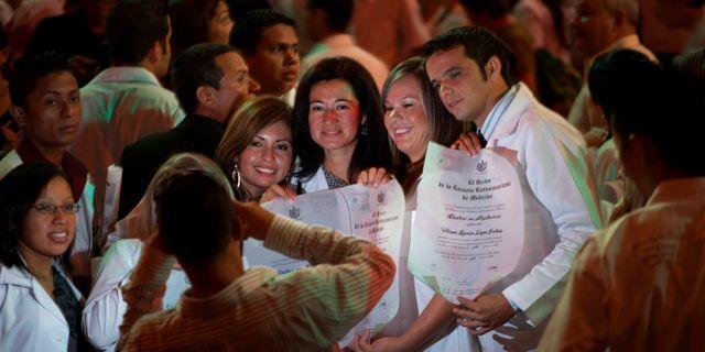 Nyutexaminerade kubanska läkare i Havanna, 2012. Ramon Espinosa / TT NYHETSBYRÅN/ NTB Scanpix