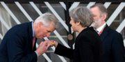 Arkivbild: Michel Barnier hälsar på Theresa May. Virginia Mayo / TT NYHETSBYRÅN/ NTB Scanpix