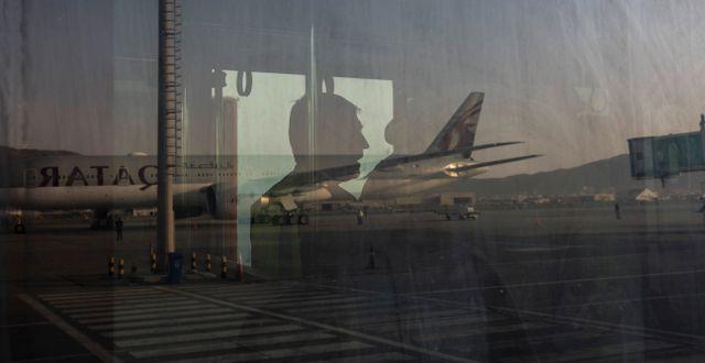 Ett flygplan från Qatar Airways på flygplatsen i Kabul. Bernat Armangue / TT NYHETSBYRÅN