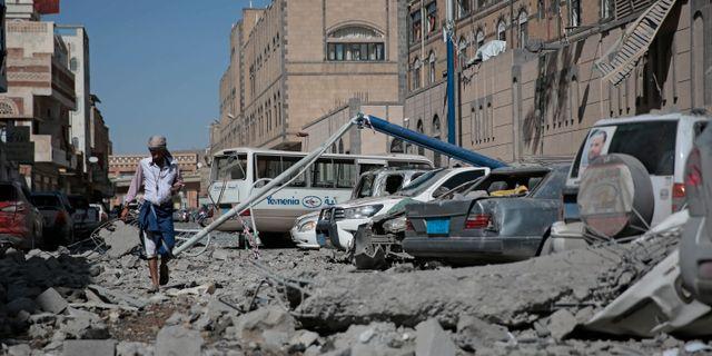 En gata i Jemens huvudstad Sanaa efter ett flyganfall Hani Mohammed / TT NYHETSBYRÅN/ NTB Scanpix