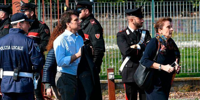 Släktingar och föräldrar anländer till platsen där barnen befann sig efter händelsen. Daniel Dal Zennaro / TT NYHETSBYRÅN/ NTB Scanpix