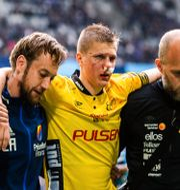 Joakim Nilsson leds ut efter sin otäcka olycka. KENTA JÖNSSON / BILDBYRÅN