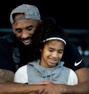 Kobe Bryant och dottern Gianna. Arkivbild. Chris Carlson / TT NYHETSBYRÅN