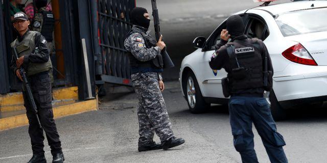 Poliser utanför fängelset. CARLOS GARCIA RAWLINS / TT NYHETSBYRÅN