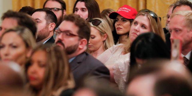 Människor som lyssnar på Trumps tal under ett sociala medie-evenemang som presidenten bjudit in till. CARLOS BARRIA / TT NYHETSBYRÅN