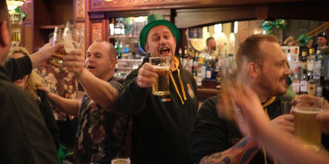 Glada britter dricker öl. Seth Wenig / TT NYHETSBYRÅN