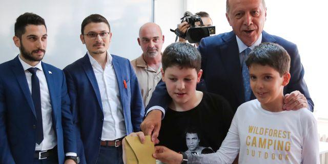 President Erdogan tillsammans med sina barnbarn. UMIT BEKTAS / TT NYHETSBYRÅN