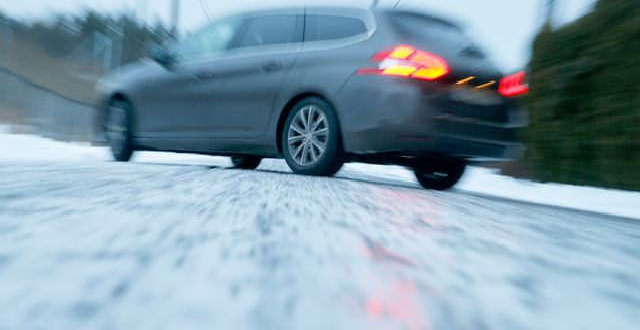 En bil på halt väglag.  Pedersen, Terje / TT NYHETSBYRÅN