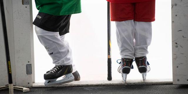 Barn tränar ishockey i en ishall i Väsby. Fredrik Sandberg/TT / TT NYHETSBYRÅN