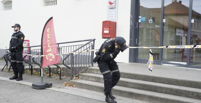 Polis arbetar i Kongsberg dagen efter attacken. Terje Pedersen / TT NYHETSBYRÅN