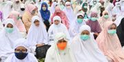 Kvinnor i bön.  ADEK BERRY / AFP