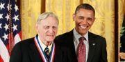John B Goodenough tillsammans med USA:s tidigare president Barack Obama.  Jason Reed / TT NYHETSBYRÅN