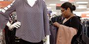 Illustrationsbild: Kvinna tittar på kläder i USA. Chuck Burton / TT NYHETSBYRÅN