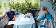 Lasse Skyttner och Jenny Strandberg som bor i Skyte, nära avspärrningarna. Maja Suslin/TT / TT NYHETSBYRÅN