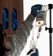 Illustrationsbild, en sjuksköterska förbereder kemoterapi på ett sjukhus i Durham. Gerry Broome / TT NYHETSBYRÅN