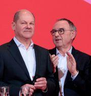 De nyvalda ledarna för SDP gratuleras av sina motståndare.  AXEL SCHMIDT / AFP