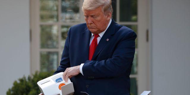 Trump och den nya snabbtestapparaten Alex Brandon / TT NYHETSBYRÅN
