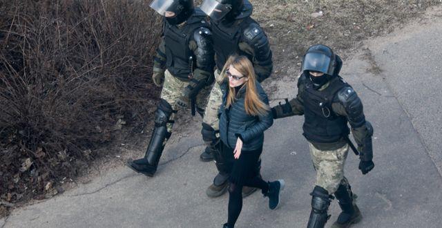 Kvinna förs bort av polis i Minsk, Belarus/Arkivbild TT NYHETSBYRÅN
