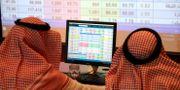 Illustrationsbild. Saudiska män tittar på en börsskärm.  Stringer . / TT NYHETSBYRÅN