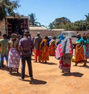 Arkivbild: Människor väntar på att ta emot mat i Cabo Delgado-provinsen, på en bild från World Food Program Falume Bachir / TT NYHETSBYRÅN