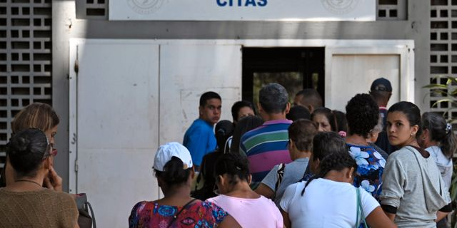 Människor köar utanför ett sjukhus i Caracas, Venezuela.  MARVIN RECINOS / AFP