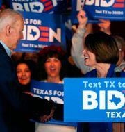 Joe Biden och Amy Klobuchar. Richard W. Rodriguez / TT NYHETSBYRÅN