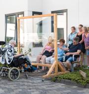 lllustrationsbild, fika/På Backavi äIdreboende i Nödinge kunde anhöriga besöka boende utomhus med en skärm under coronapandemin.