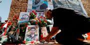 Man lägger blommor över monumentet över de som dött i striderna mot IS.  HAIDAR MOHAMMED ALI / AFP