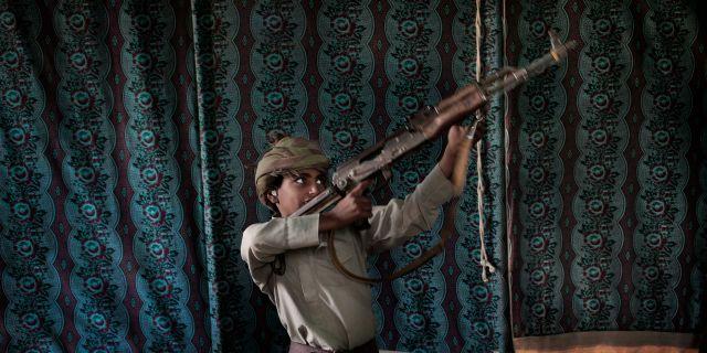 Kahlan visar hur man använder ett vapen. Nariman El-Mofty / TT NYHETSBYRÅN