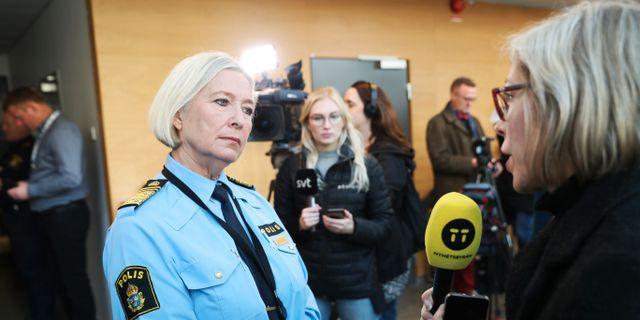 Polisen Carina Persson intervjuas efter polisens pressträff på Rättcentrum med anledning av helgens explosioner och skjutningar. Andreas Hillergren/TT / TT NYHETSBYRÅN