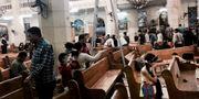 Människor tittar på förödelsen efter ett av dåden. Nariman El-Mofty / TT / NTB Scanpix