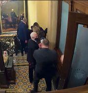 Vicepresident Mike Pence förs i säkerhet den 6 januari. TT NYHETSBYRÅN
