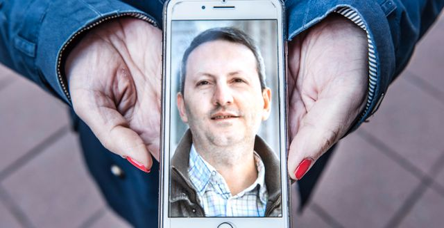 Vida Mehrannia, gift med KI-forskaren Ahmadreza Djalali som sitter fängslad i Iran sedan 18 månader tillbaka, visar en bild på sin man. Tomas Oneborg/SvD/TT / TT NYHETSBYRÅN