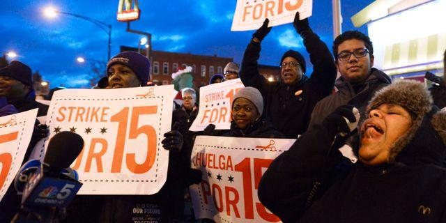 2013 demonstrerade arbetare för en minimilön på 15 dollar.  PAUL BEATY / TT NYHETSBYRÅN