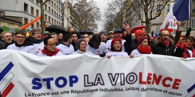 """""""Stoppa våldet"""", ropar de """"Röda halsdukarna"""". ALAIN JOCARD / AFP"""