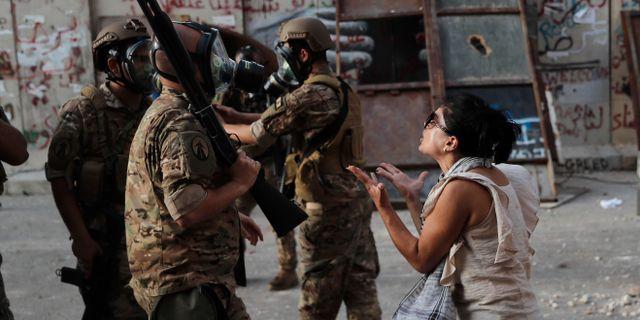 En kvinna reagerar på att soldater närvarar under demonstrationerna.  Hussein Malla / TT NYHETSBYRÅN
